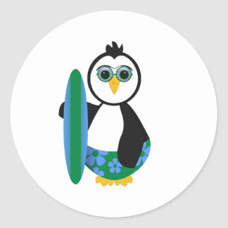 Pingüino soleado lindo de la persona que practica etiqueta redonda