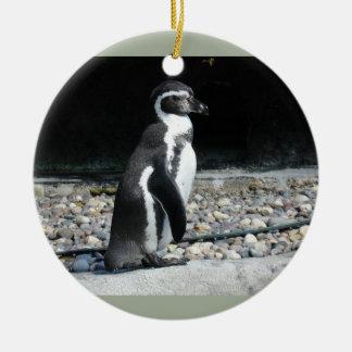 Pingüino solo adorno navideño redondo de cerámica