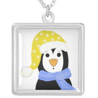 Pingüino sorprendido del dibujo animado collar plateado