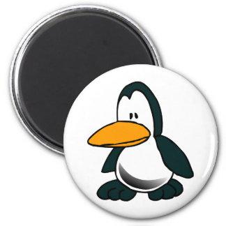 Pingüino tonto del dibujo animado imán redondo 5 cm