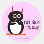 Pingüino usted huele a los pegatinas divertidos etiquetas redondas