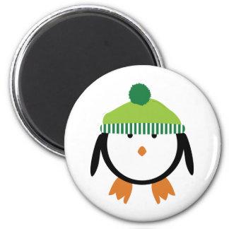 Pingüino verde de la gorrita tejida imán redondo 5 cm