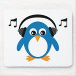 Pingüino y auriculares lindos de Dee Jay adaptable Tapete De Ratones