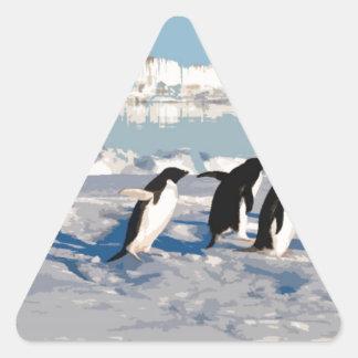 Pingüinos árticos que corren en el mar pegatina triangular