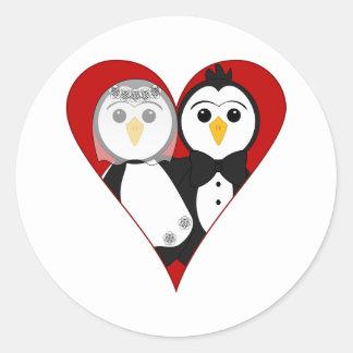 Pingüinos casados del corazón etiquetas redondas