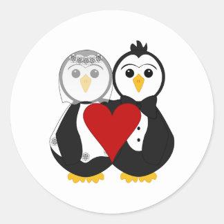 Pingüinos casados en amor etiqueta redonda