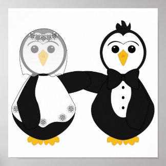 Pingüinos casados que llevan a cabo las manos poster