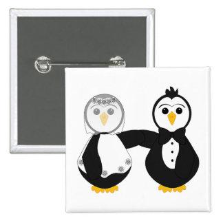 Pingüinos casados que llevan a cabo las manos pin cuadrado