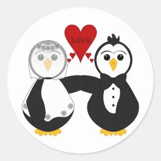 Pingüinos casados que piensan amor etiquetas redondas
