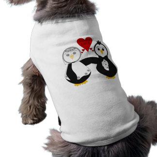 Pingüinos casados que piensan amor playera sin mangas para perro