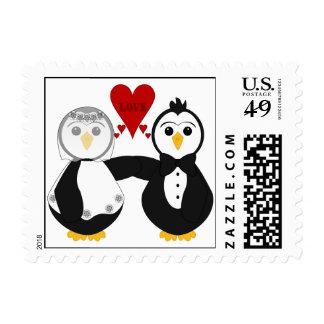 Pingüinos casados que piensan amor sello