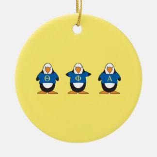 Pingüinos con el camisetas adorno navideño redondo de cerámica