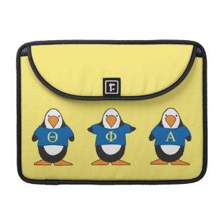 Pingüinos con el camisetas fundas para macbooks