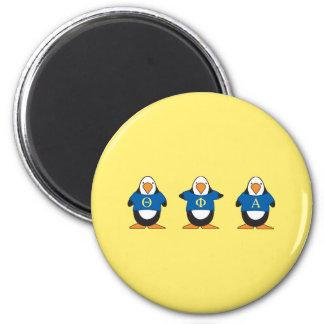 Pingüinos con el camisetas imán redondo 5 cm