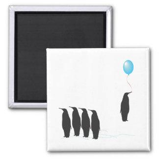 Pingüinos con el imán del refrigerador del globo