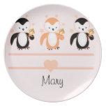 Pingüinos con la placa del helado y el albaricoque plato de cena