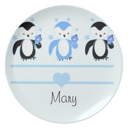 Pingüinos con la placa del helado y el azul conoci platos