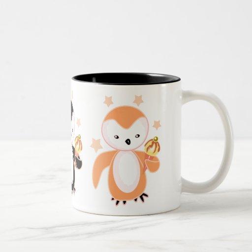 Pingüinos con las tazas del helado y los vidrios e