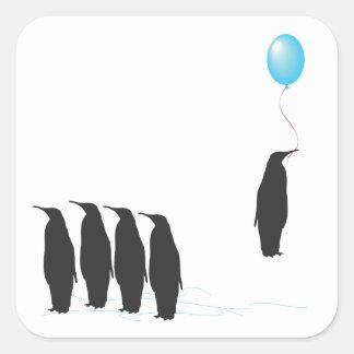 Pingüinos con los pegatinas del globo pegatina cuadradas personalizada