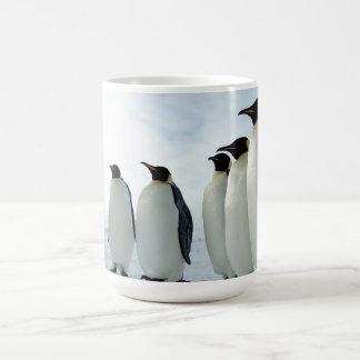 Pingüinos de emperador alineados tazas de café