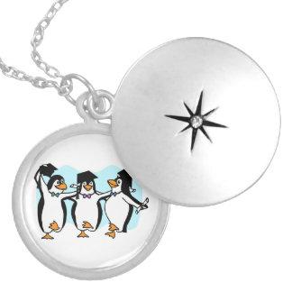 Pingüinos de graduación del dibujo animado lindo collar con colgante