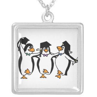 Pingüinos de graduación del dibujo animado lindo collar plateado