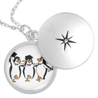 Pingüinos de graduación del dibujo animado lindo dijes