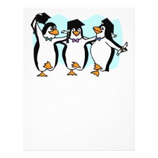 Pingüinos de graduación del dibujo animado lindo tarjetones