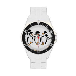 Pingüinos de graduación del dibujo animado lindo reloj