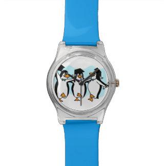 Pingüinos de graduación del dibujo animado lindo relojes