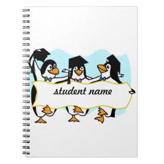 Pingüinos de graduación felices w/Banner del baile Cuadernos