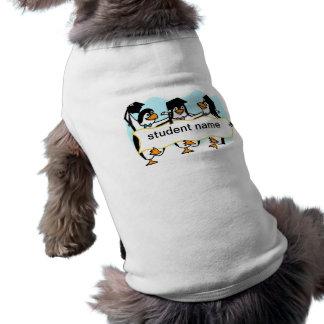 Pingüinos de graduación felices w/Banner del baile Playera Sin Mangas Para Perro