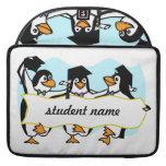 Pingüinos de graduación w/Banner del dibujo animad Funda Para Macbooks