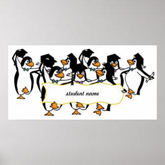 Pingüinos de graduación w/Banner del dibujo animad Póster