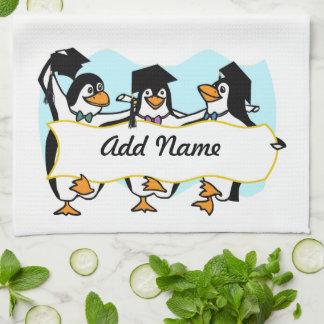 Pingüinos de graduación w/Banner del dibujo Toallas De Mano