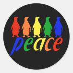 Pingüinos de la paz del arco iris etiquetas redondas