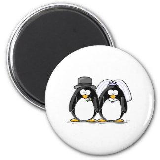 Pingüinos de novia y del novio imán redondo 5 cm