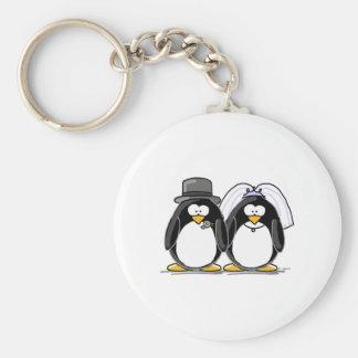 Pingüinos de novia y del novio llavero redondo tipo pin