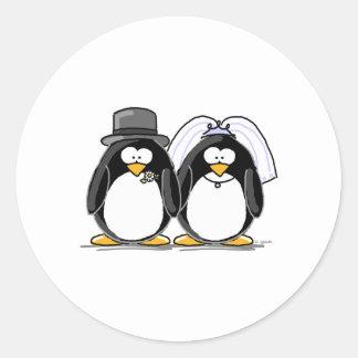 Pingüinos de novia y del novio pegatina redonda