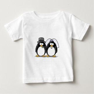 Pingüinos de novia y del novio tee shirts