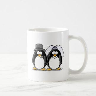 Pingüinos de novia y del novio taza básica blanca