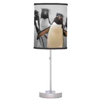 Pingüinos de Rockhopper Lámpara De Mesa