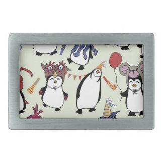 Pingüinos del fiesta en disfraz hebilla de cinturon rectangular
