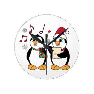 Pingüinos del navidad que cantan reloj redondo mediano