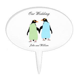 Pingüinos del orgullo gay que llevan a cabo las figuras para tartas