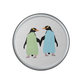 Pingüinos del orgullo gay que llevan a cabo las altavoz con bluetooth