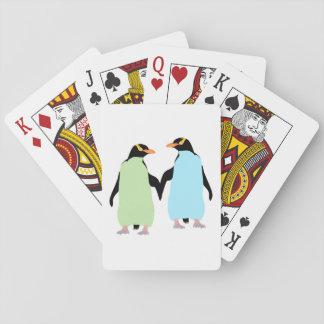 Pingüinos del orgullo gay que llevan a cabo las cartas de póquer