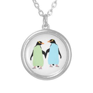 Pingüinos del orgullo gay que llevan a cabo las colgante redondo