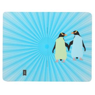 Pingüinos del orgullo gay que llevan a cabo las cuadernos grapados