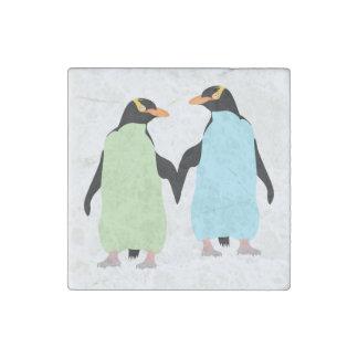 Pingüinos del orgullo gay que llevan a cabo las imán de piedra